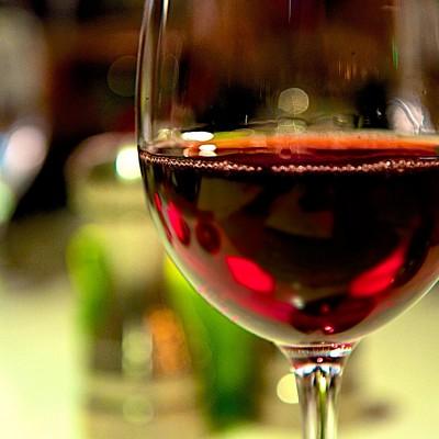 Paharul pentru vinul roșu este larg