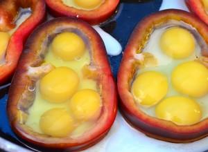 Ouă de prepeliță, în inel de ardei