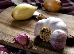 Ceapa și usturoiul, eficiente în durerile în gât