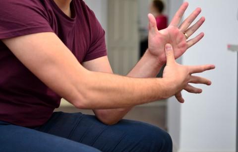 Cu degetul mare de la mâna dreaptă, apăsați puternic în centrul palmei; cu cât mai tare, cu atât mai bine.