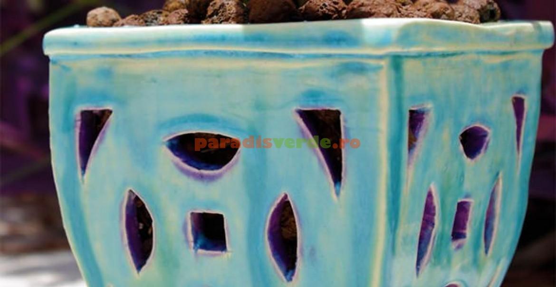 Ghiveci ceramic cu orificii laterale pentru o mai bună ventilare a rădăcinilor aeriene