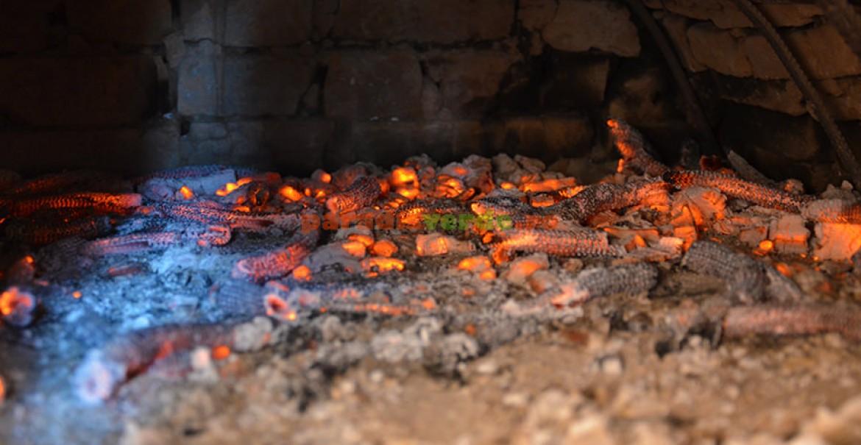 După arderea lemnelor, jarul (cărbunii aprinşi) se împrăştie uniform, pe toată suprafaţa cuptorului.