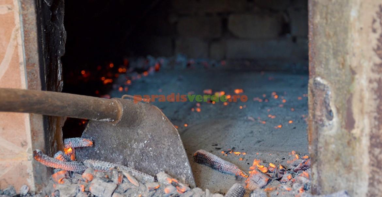 După încălzirea cuptorului, se scoate tot jarul, cu o lopată specială.