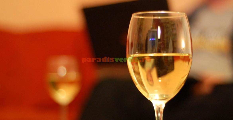 Paharul pentru vin alb este mai strâmt și are formă de lalea